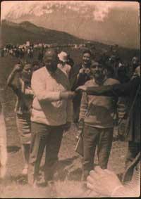 1967. Peppino con Danilo Dolci alla marcia della protesta e della speranza.