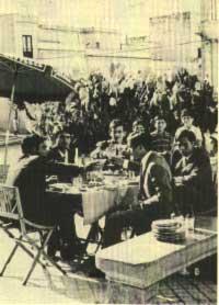 1967. Pranzo sulla piazza di Cinisi.