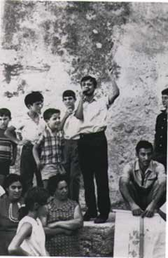 1968. Comizio di Peppino nel cortile del palazzo comunale di Cinisi, nel corso delle manifestazioni contro gli espropri per la costruzione della terza pista dell'aeroporto di Punta Raisi