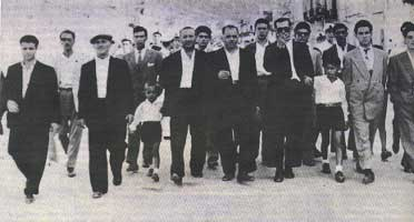 Anni '50. Peppino con il padre alla festa di santa Fara, patrona del paese. Al centro, con gli occhiali, Vito Badalamenti.