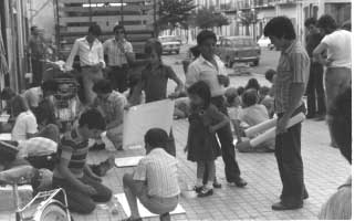 1976. I bambini preparano disegni e cartelloni.