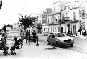 1976. Mostra itinerante sul territorio. A destra, sul marciapiede, tra gli altri, Gaetano Badalamenti