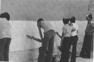 1976. Preparazione di murales. Sulla destra Peppino