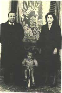 1950. Peppino a due anni con il padre Luigi e la madre Felicia Bartolotta.